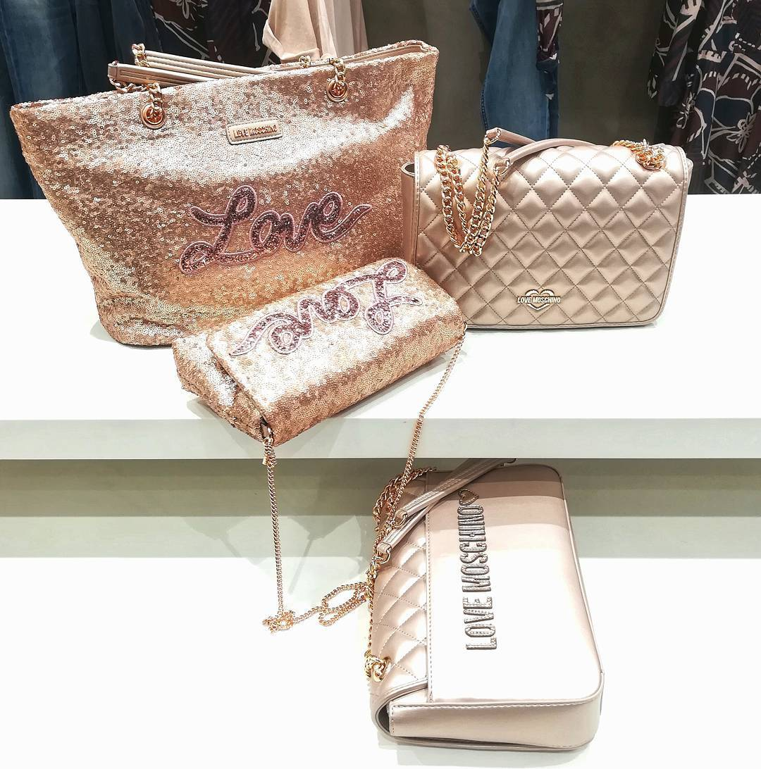 Love Moschino ❤️ San Valentino si avvicina ❤️ For order /per info WhatsApp +39 3927284124 Negozio 0296193442 Corso Italia 7/9, Saronno #gioandgio #moschino#bags#love#cipria #shopping #coolshoes #newclothingbrand#momentidelgiorno#psicologia#immagini#citazioni#instapost#life#instagoods #weddingdressshop #divine #lookforyou #easyshopping #bijoux #botiqueclothing #thebestbrand #wow#beautifullook #fitoutfit #boutique #lookbetter #forlady #onlineshopping #simple